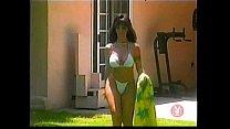 Chica desnuda y niños escena de sexo