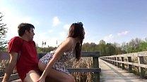 Девки суют друг дружке руки по локоть