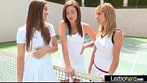 Молодые лесбиянки на кроватке пробуют письки на вкус