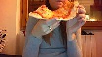 10442 Mangio la pizza con la mia figa pelosa tutta aperta davanti alla telecamera preview