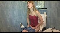 Молоденькая сексапильная блондинка с хорошими формами взобралась на жеребца