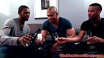 Interracial Homosexuell Threeway Mit Rucken Höhepunkt