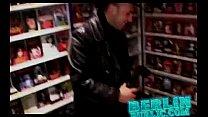В магазине порно девушки