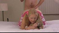Niña mona prueba su anal