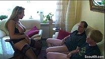 Mutter fickt ueberredet zwei Freunde der Tochter zum Ficken Vorschaubild