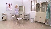 Infirmière à chatte poilue sodomisée par son patient. thumbnail