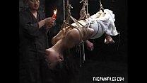 緊縛宙吊りで意識喪失寸前の熟女の裸体に滴り落ちるアツアツのロウソク・・・