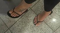 goddess,grazi,perfect,feet,in,flip,flops