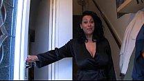 Neef filmt stiekem zijn tante met dikke tieten in de slaapkamer