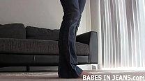 Девушка с огромными сосками мастурбирует на камеру