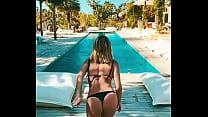 Giovanna Ewbank pulando na piscina de biquini fio dental