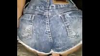 Novinha Gostosa cheia de tesão senta no cassete com  bermuda jeans