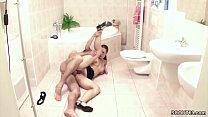 Stief Tochter erwischt Vater im Bad und laesst sich ficken Vorschaubild
