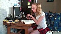 นักเรียนสาวติดติวเห็นแล้วก็เสียวเรียนไม่รุ่งมุ่งหาผัวดีกว่าจัดหนักคาโต๊ะเรียน