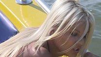 Jasmin Rouge lässt sich auf einem Boot anal verwöhnen Vorschaubild
