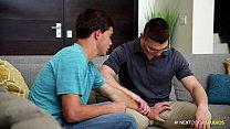 คลิปเย็ดทีเด็ดสองหนุ่มวัยรุ่นนัดกันมาบ้านคุยกันถูกคอก็เย็ดกันเลยคาโซฟา