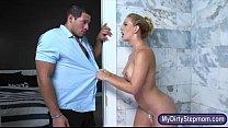 Эротический массаж члена делает красотка и отдается молодому парню