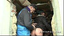 Papy baise une bonne milf avec un pote et ejacu...