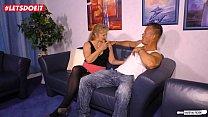 Amateur German Housewife Cheats with the Delivery Guy Vorschaubild