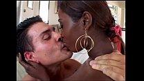 Ebony India tussen twee witte mannen