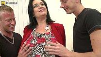 Сексуальная мама отсасала и трахнулась с сыном