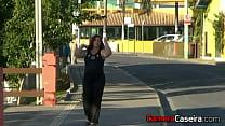 Bia Costa se Mostrando na Rua