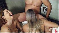 Mônica Lima e Fernandinha Fernandez na zueira chupando o vizinho pauzudo. صورة