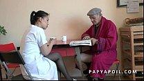 Papy se tape sa jeune infirmiere asiat apres la...