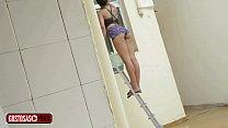 Vizinho flagra novinha lavando a janela com bunda de fora