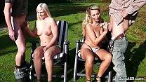 Mutter und Tochter ficken mit zwei fremden Typen im Park Vorschaubild