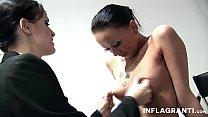 Урок лесбийского секса в кабинете на столе