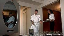 Bucatar Invita O Servitoare La El In Dormitor Sa O Violeze
