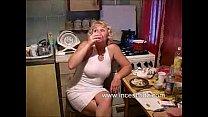 Blonde moeder gaat op haar knieën om haar zoon klaar te pijpen
