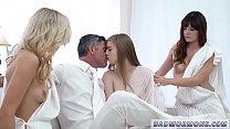 Чернокожие постояльцы соблазнили кастеляншу на групповой секс
