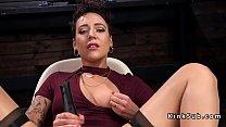 Грудастая женщина в чулках мастурбирует двойным вибратором