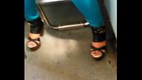exhib... zapatillas en metro del chica hermosa - 2