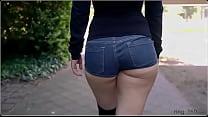 De shortinho jeans curto na rua
