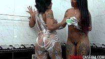 Duas novinhas lésbicas dando o cú uma para a outra neste video porno grátis