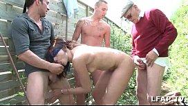 Petite brune francaise sodomisee par 3 mecs et un vieux dans le fond du jardin college fuck fest