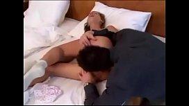 Jeune fran&ccedil_aise Orsi Shine se fait baiser &agrave_ l&rsquo_h&ocirc_tel par deux passants