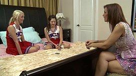 Έφηβες φίλες δοκιμάζουν λεσβιακό
