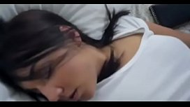 Surprising my stepdaughter sleeping||Sorprendo a mi hijastra durmiendo y le meto mi polla