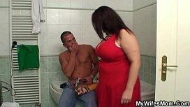 Mãe gordinha se satisfazendo no pau do filhão