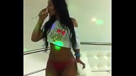 Morena dançando sensualizada - Gatasdowhats.com