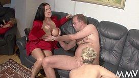 Die Nanny hilft dem Martin rauf, da geh´n bei Angelica die Schenkel auf