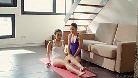 Yoga Girlfriends - Carolina Abril...