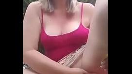 Chica se masturba en el pasto