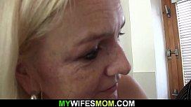 Guy pounds blonde mom...