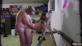 Neta ninfetinha sendo enrabada pelo seu avô