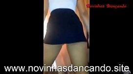 Gostosa Dan&ccedil_ando de sainha mostra a calcinha e o pacote - www.novinhadancando.si